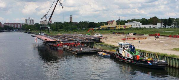 Stromfeld der Neuen Freybrücke. 400 Tonnen Stahlkonstruktion auf Potons vor dem ehemaligen Montageort dem Südhafen.